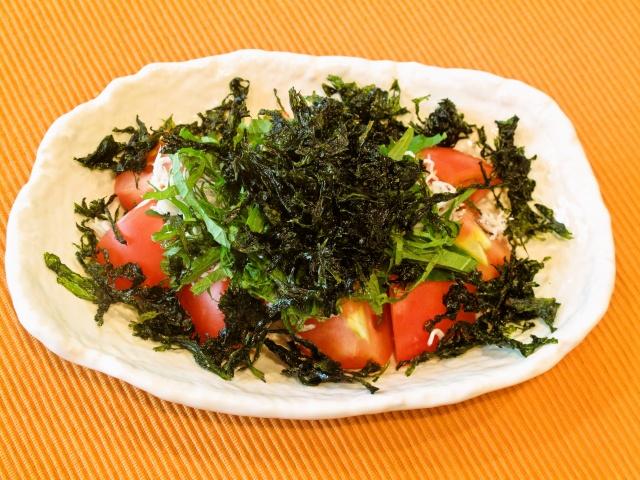 焼きバラ海苔と大葉のトマトサラダ